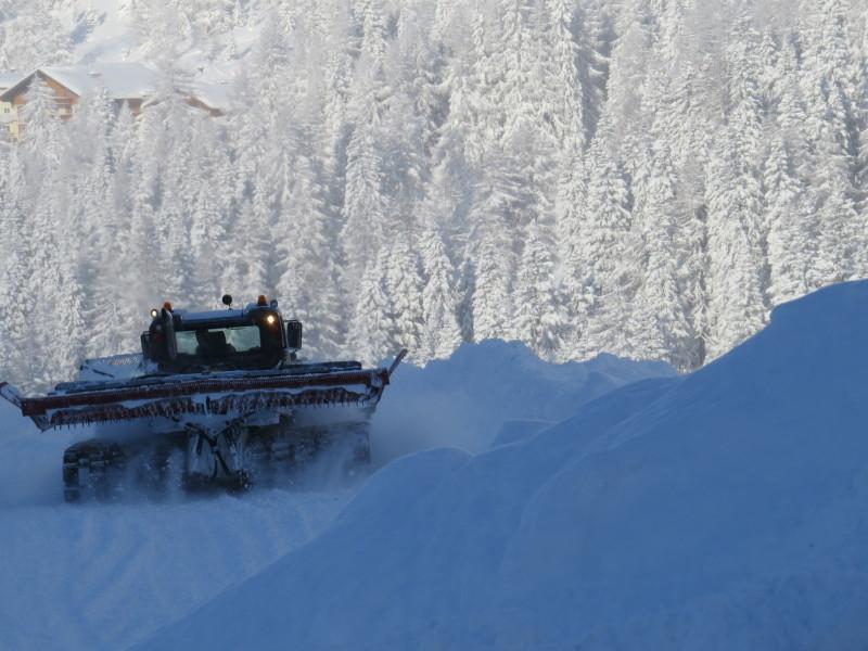 Pistenraupenfahrer Mike versucht die Schneemassen zu bändigen.